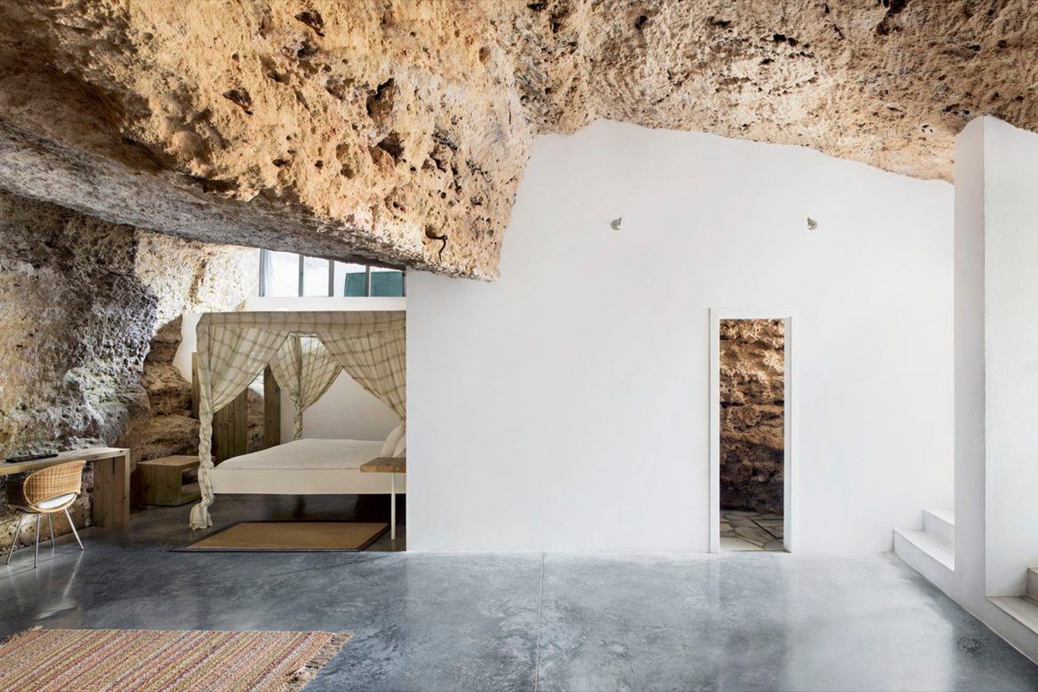 """""""House Cave"""", an Adventurous and Modern Home Upon Sierra Morena"""